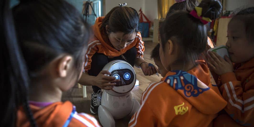 En Chine, un robot commandé par intelligence articielle aide de jeunes écolières