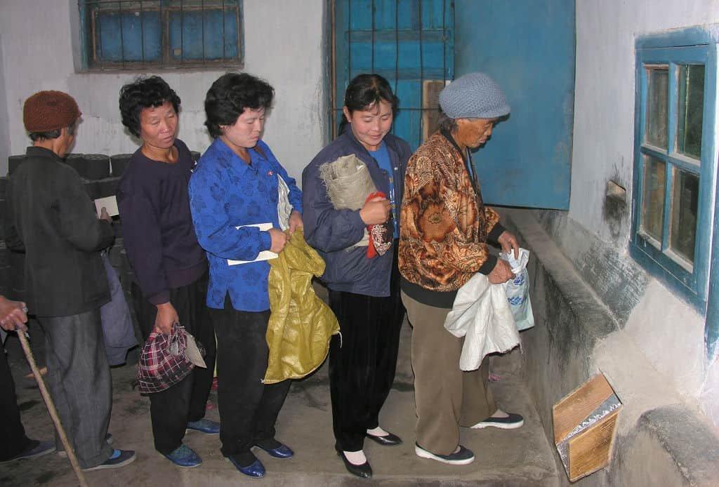 Mensen schuiven aan om voedsel te krijgen in Noord-Korea.