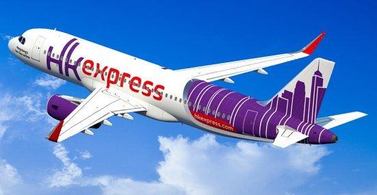 Een vliegtuig van low cost-maatschappij HK Express is aan het opstijgen.