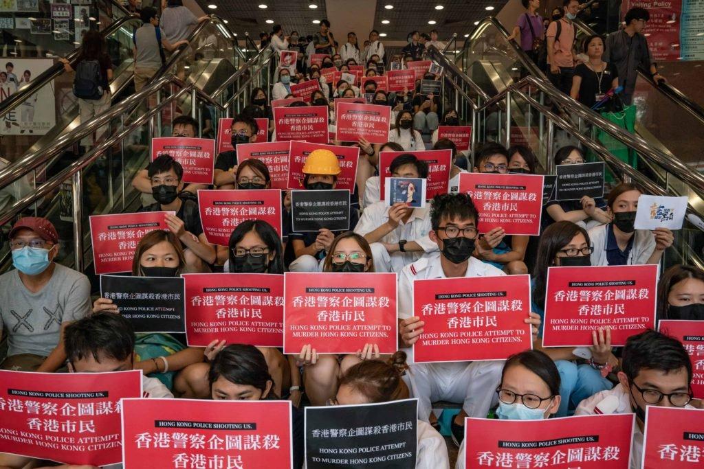 Une foule de manifestants contre les brutalités policières à Hong Kong