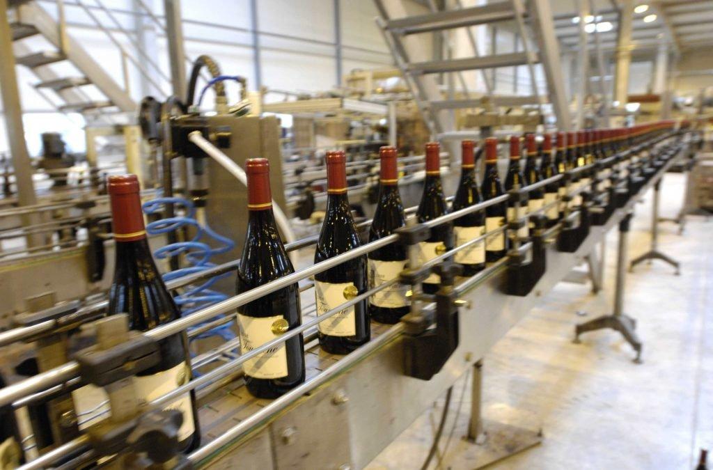 wijnen worden gebotteld