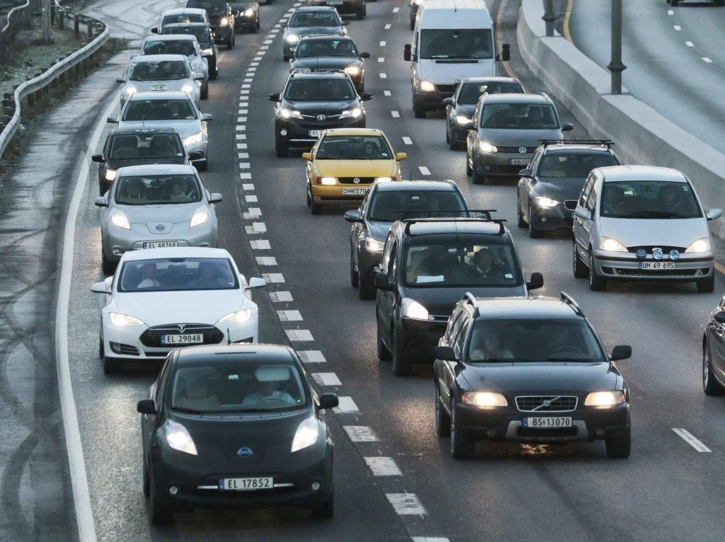 Elektrische auto's mogen in Noorwegen in de busbaan (links) rijden.