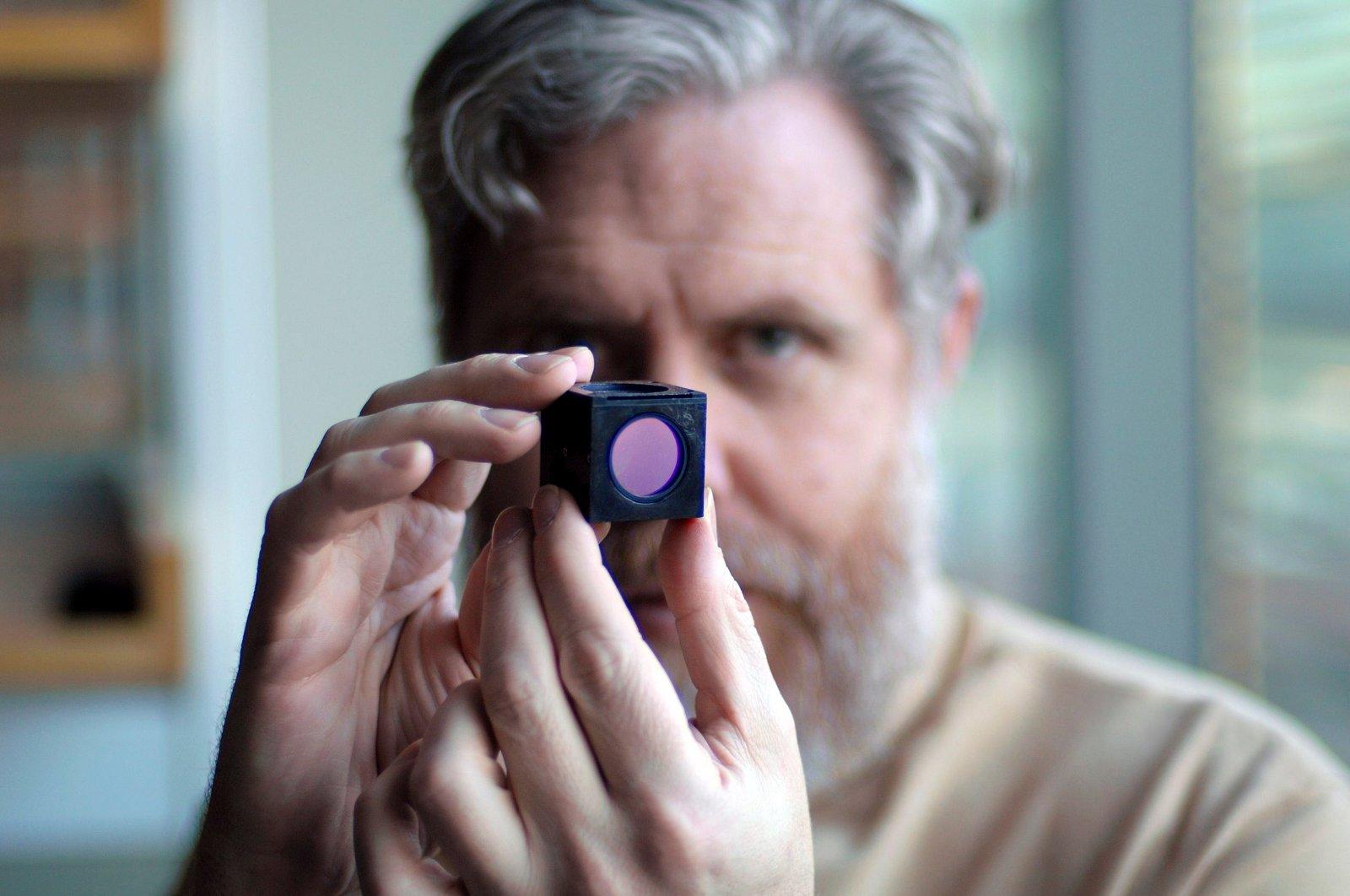 Le chercheur américain George Church montre le composant d'un séquenceur d'ADN