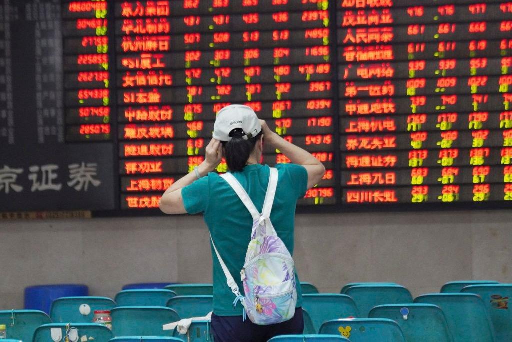 In China wordt rood gebruikt om positieve beursnoteringen aan te duiden. (Jiang Ning/AP/ISOPIX)