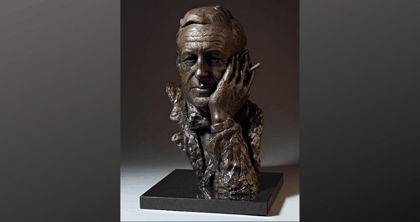 Un buste de Ian Fleming, le père spirituel de James Bond, pensant avec un cigare à la main.