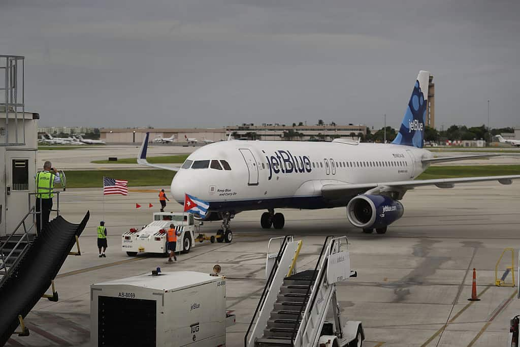 Een vliegtuig van low cost-maatschappij Jetblue staat op de tarmac.