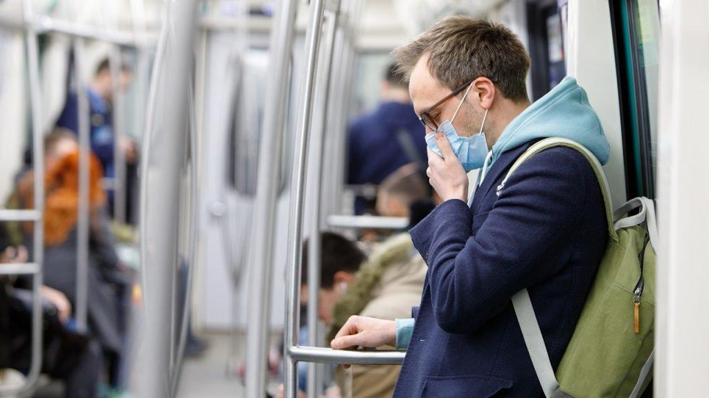 Man metro hoesten coronavirus