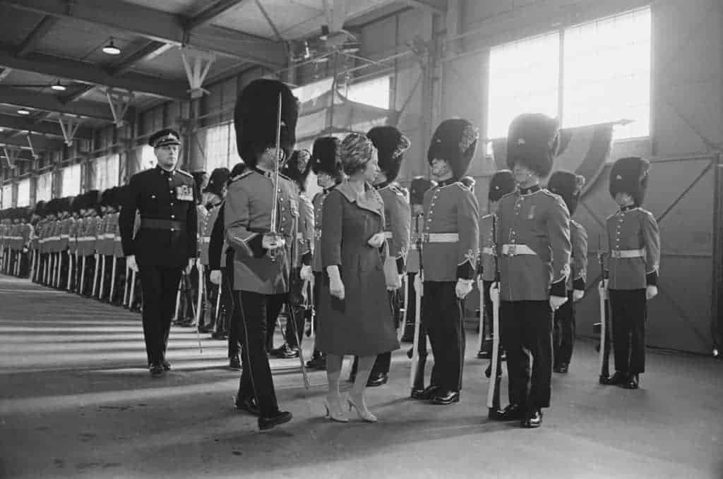 Koningin Elizabeth inspecteert de Britse soldaten op bezoek in Canada