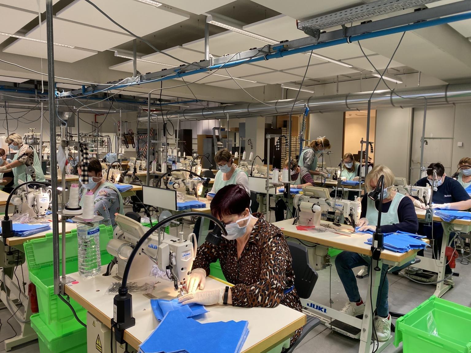 Van lingeriebedrijf tot ateliers in gevangenissen: alle hens aan voor mondmaskers