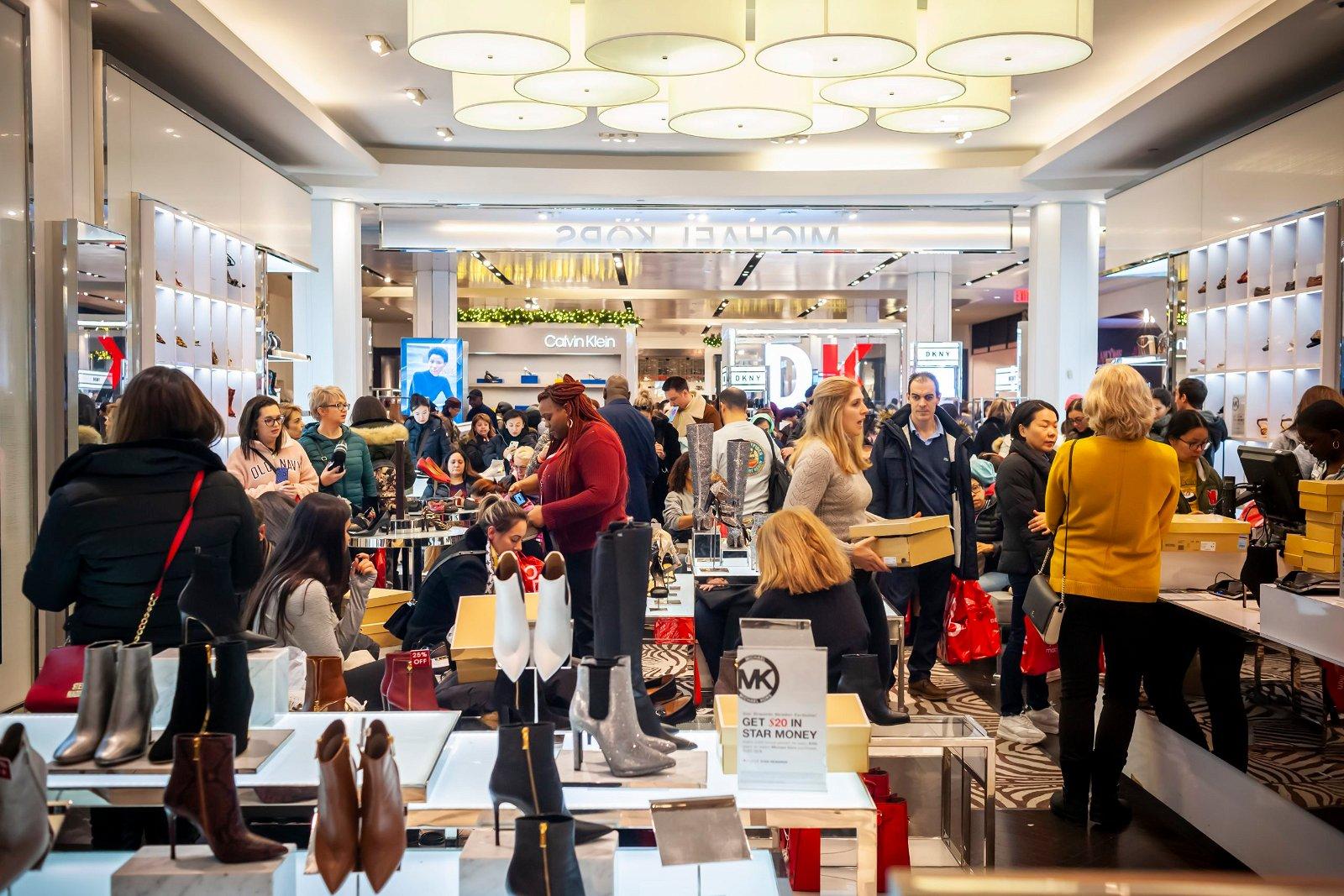 Avec la réduction progressive du nombre d'acheteurs qui se rendent en magasin, les vendeurs doivent revoir et adapter les activités de leur personnel pour la vente en ligne.