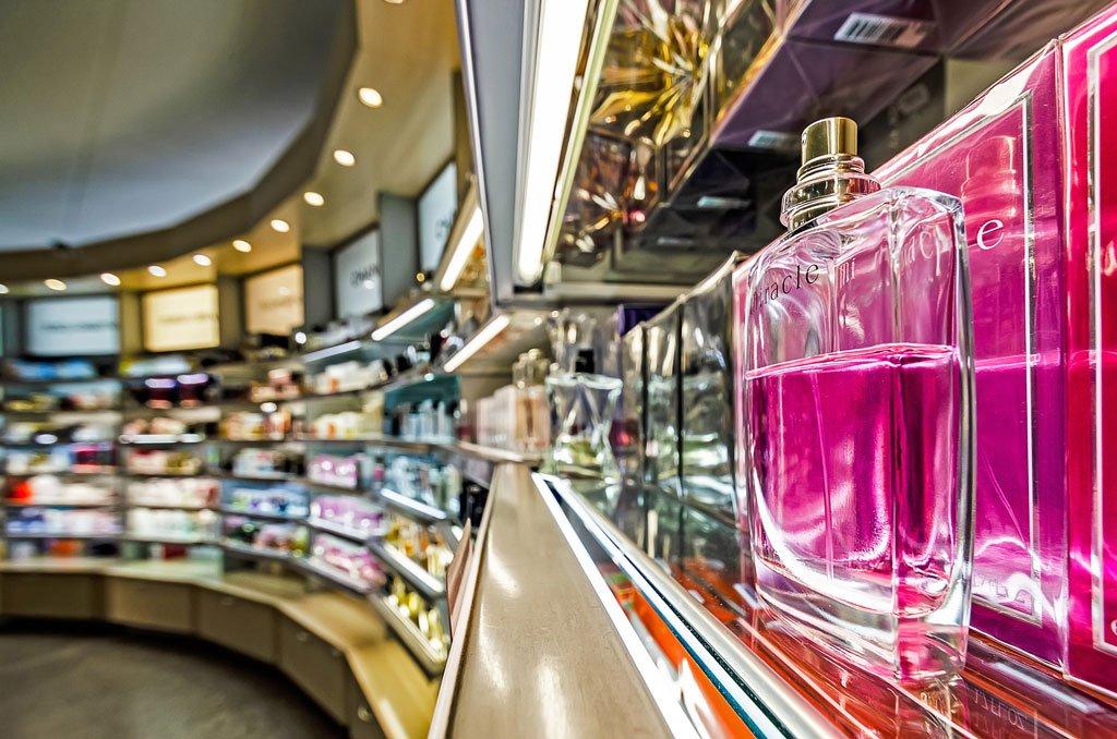Les bouteilles de parfum dans une parfumerie