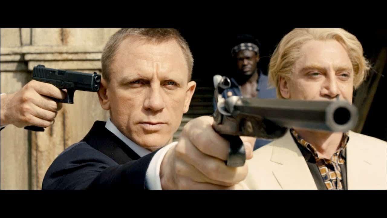 Daniel Craig comme James Bond tient une arme à feu devant lui.