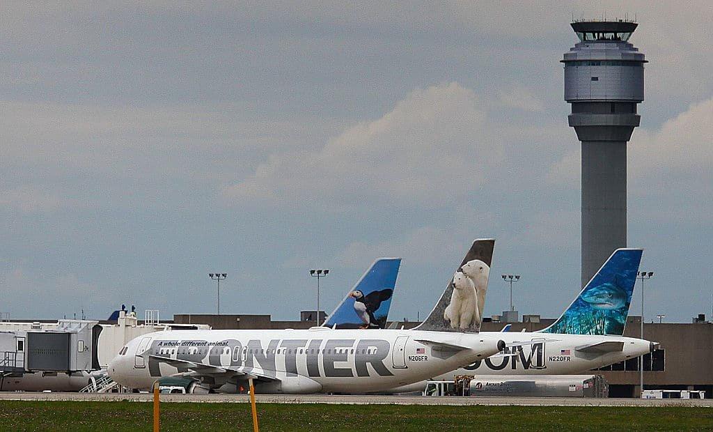 Drie vliegtuigen van low cost-maatschappij Frontier staan aan de grond.