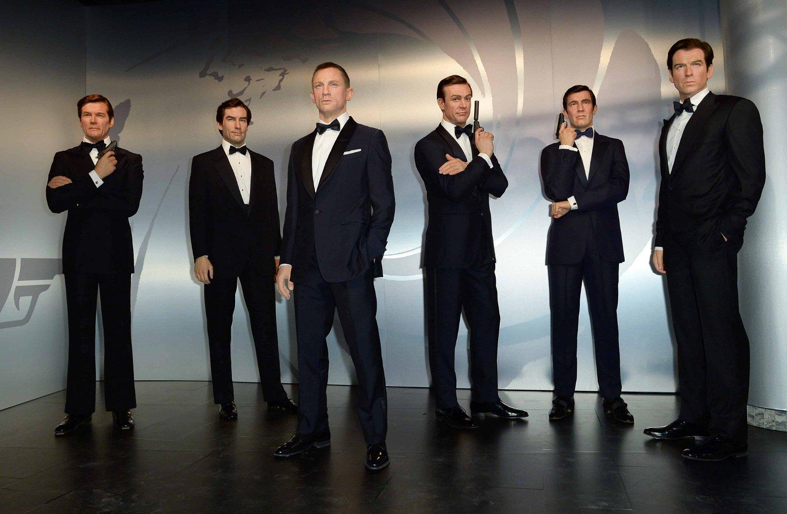 Figures de cire des différents acteurs de James Bond dans une rangée.
