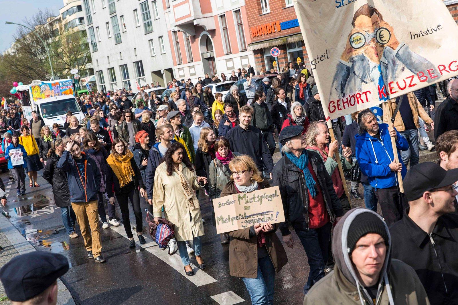 Les gens gardent une marche.