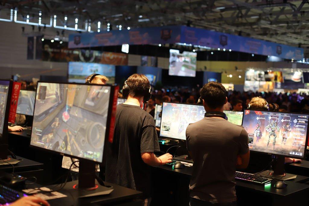 Des gamers testent des jeux vidéo au Gamescom 2019 à Cologne, en Allemagne