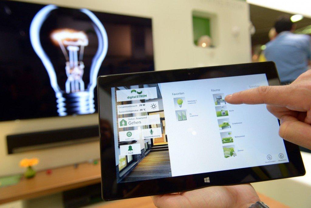 Une tablette se connecte à la télévision dans une maison connectée