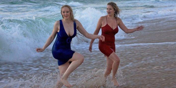 women look alike twin sisters ocean decolte