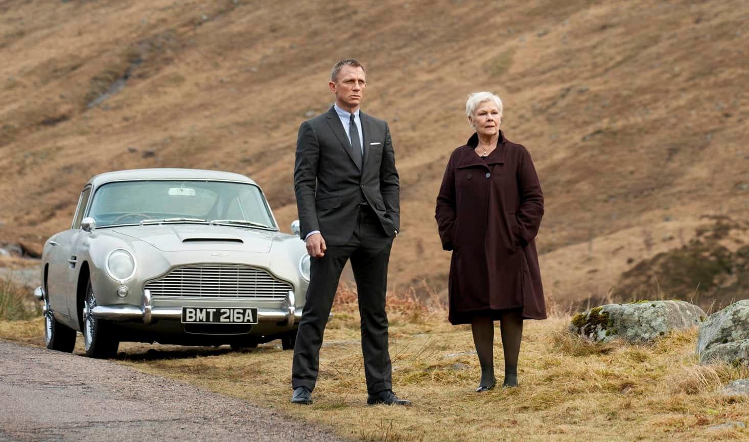 Daniel Craig et Judy Dench font face à une voiture dans le film Skyfall.