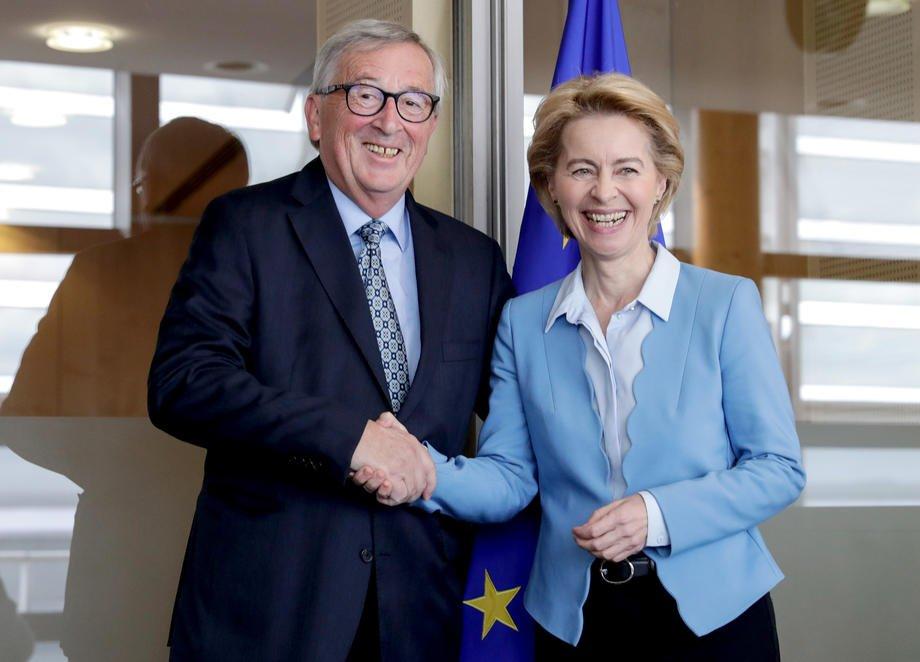 La Présidente Commission Européenne Ursula von der Leyen (droite) avec son prédécesseur Jean-Claude Juncker